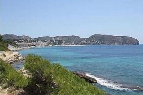 見事なアパートメントは、モライラの中心部にあるビーチとマリーナの近くにあります/