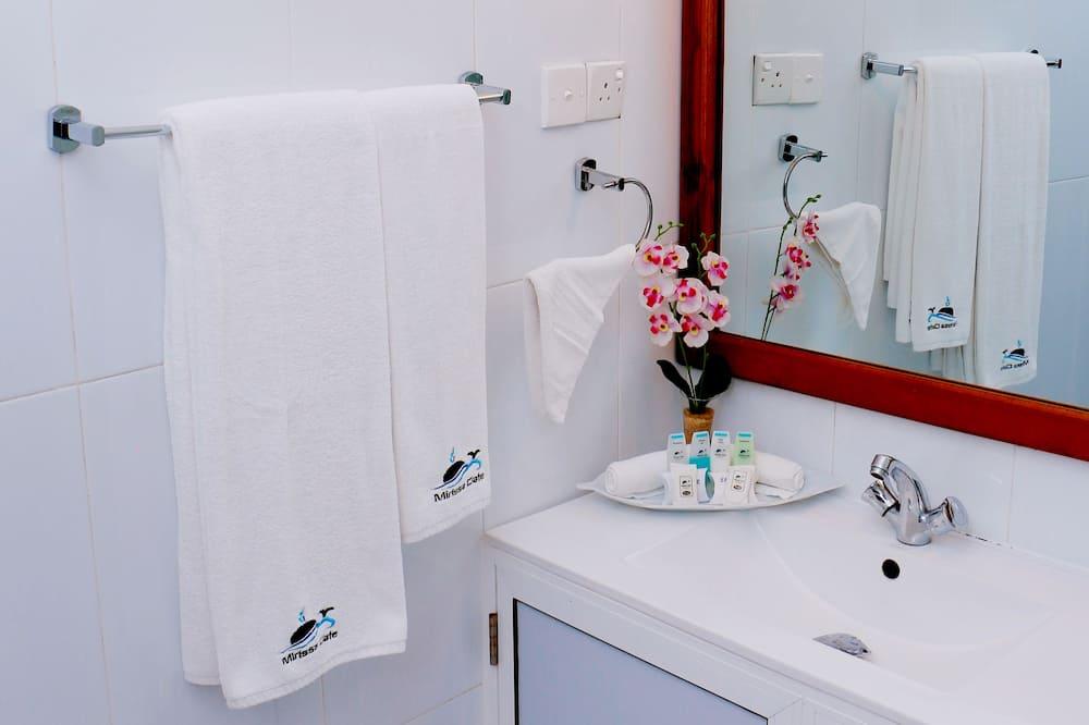 Dvojlôžková izba typu Deluxe, 1 extra veľké dvojlôžko, balkón - Kúpeľňa