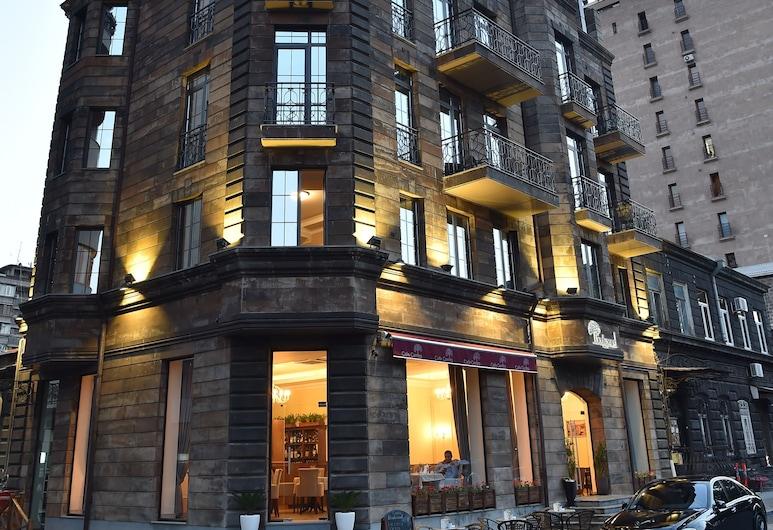 Boulevard Hotel, Erevan, Pročelje hotela – navečer/po noći