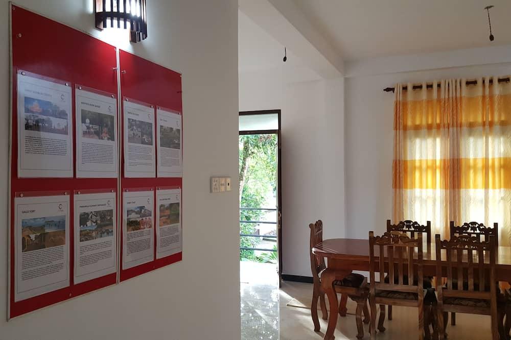 Pokoj Deluxe s dvojlůžkem, dvojlůžko (200 cm), balkon, v zahradě - Stravování na pokoji