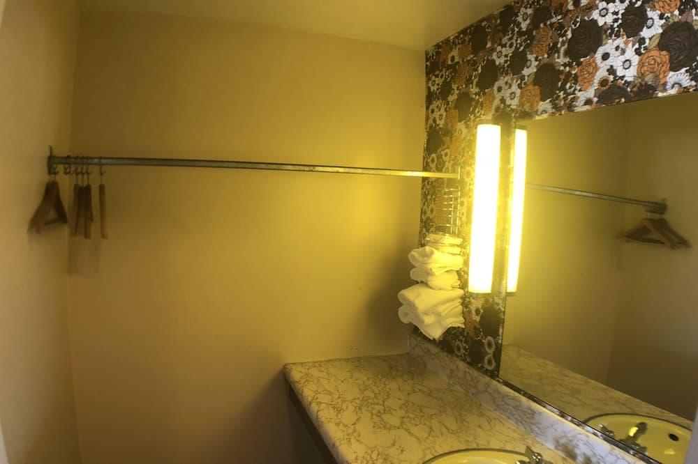 Classic Quadruple Room, 1 Bedroom - Bathroom