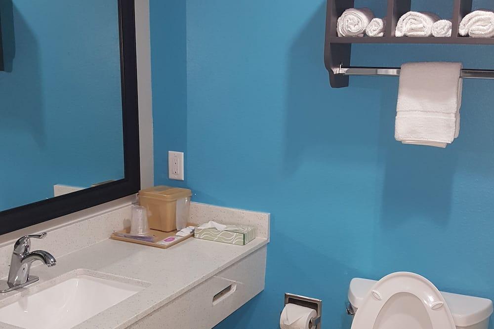 Standard Room, 2 Queen Beds, Non Smoking, Kitchenette - Bathroom