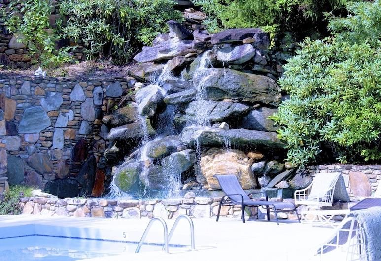 北卡罗莱纳山度假酒店, 托克萨韦湖, 瀑布游泳池
