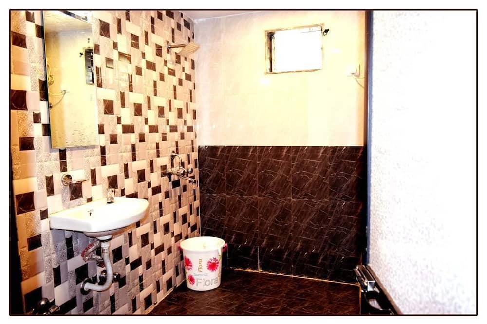 חדר לשלושה - חדר רחצה