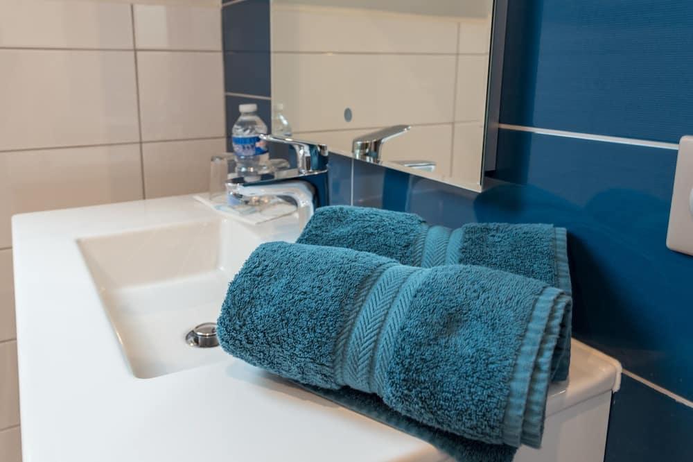 Standard Double Room, Accessible, Private Bathroom (Chambre Romance) - Bathroom
