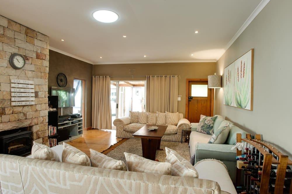 Nhà tiện nghi đơn giản - Phòng khách