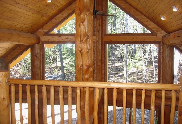 Handcrafted Log Home With hot tub Backing Into National Forest, Klaudkroftas