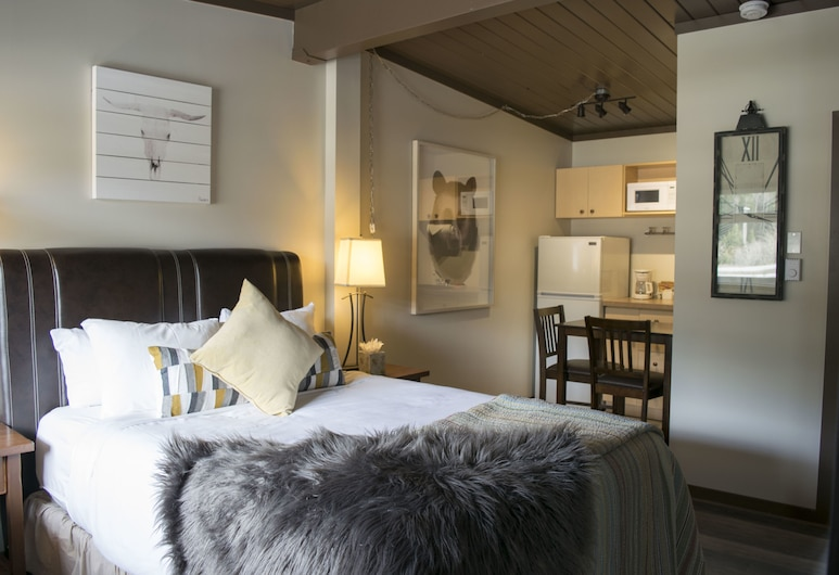 Yamnuska Suites, Dead Man's Flats, Standard Studio, 1 Queen Bed, Mountain View, Guest Room