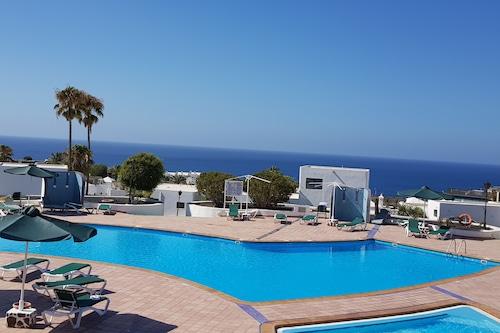 プールのふもとにある海の景色を望む素敵なアパートメント、無料のWIFI/