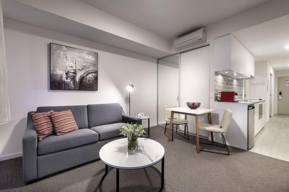 Улучшенная студия-люкс (King Non Smoking Suite) - Зона гостиной