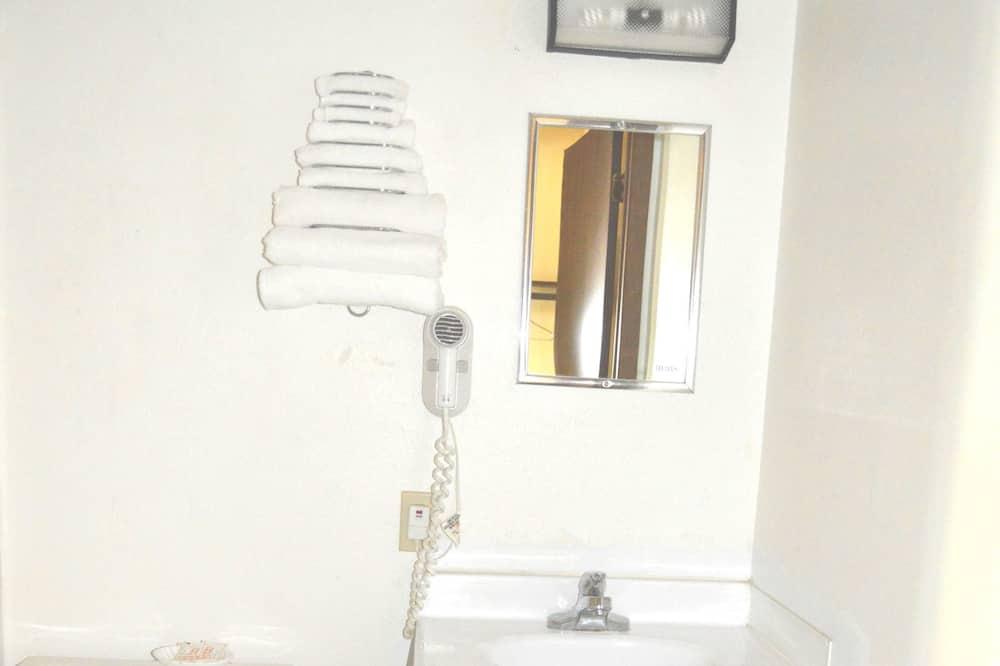 Phòng Tiêu chuẩn, 2 giường cỡ queen, Tủ lạnh & Lò vi sóng - Phòng tắm