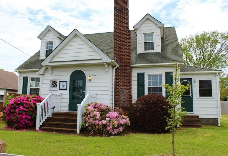 """Historic Manteo """"Tumblehome"""" - 3 Br home by RedAwning, Manteo"""
