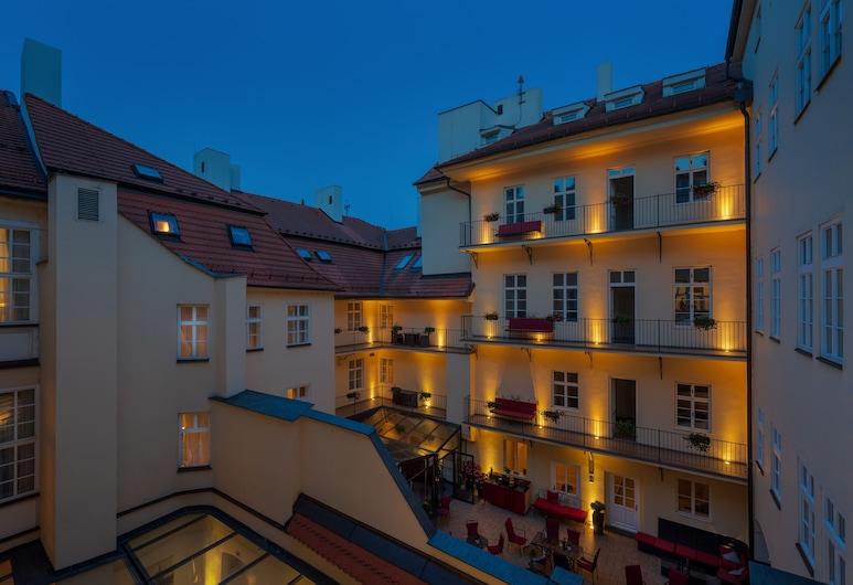 Hotel Leonardo Prague, Прага, Фасад готелю (вечір/ніч)