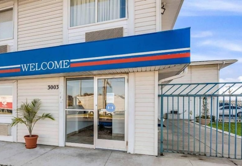 Motel 6 Fort Wayne, IN, Fort Wayne, Hotel Entrance