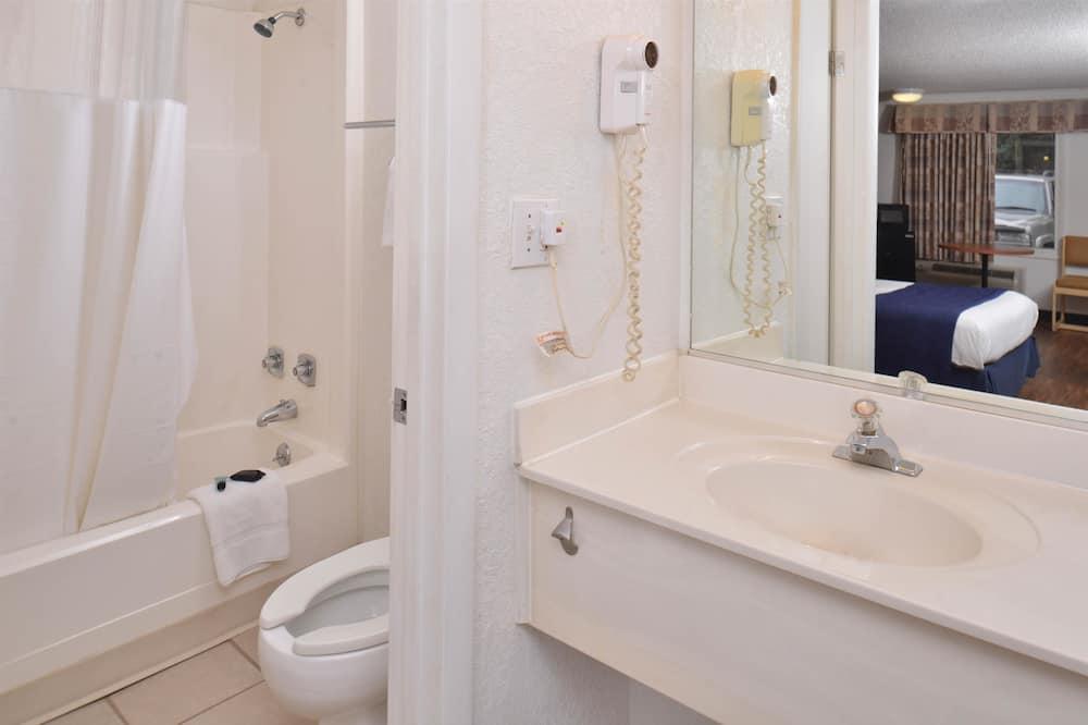 Szoba, 2 kétszemélyes ágy, nemdohányzó, konyharész - Fürdőszoba