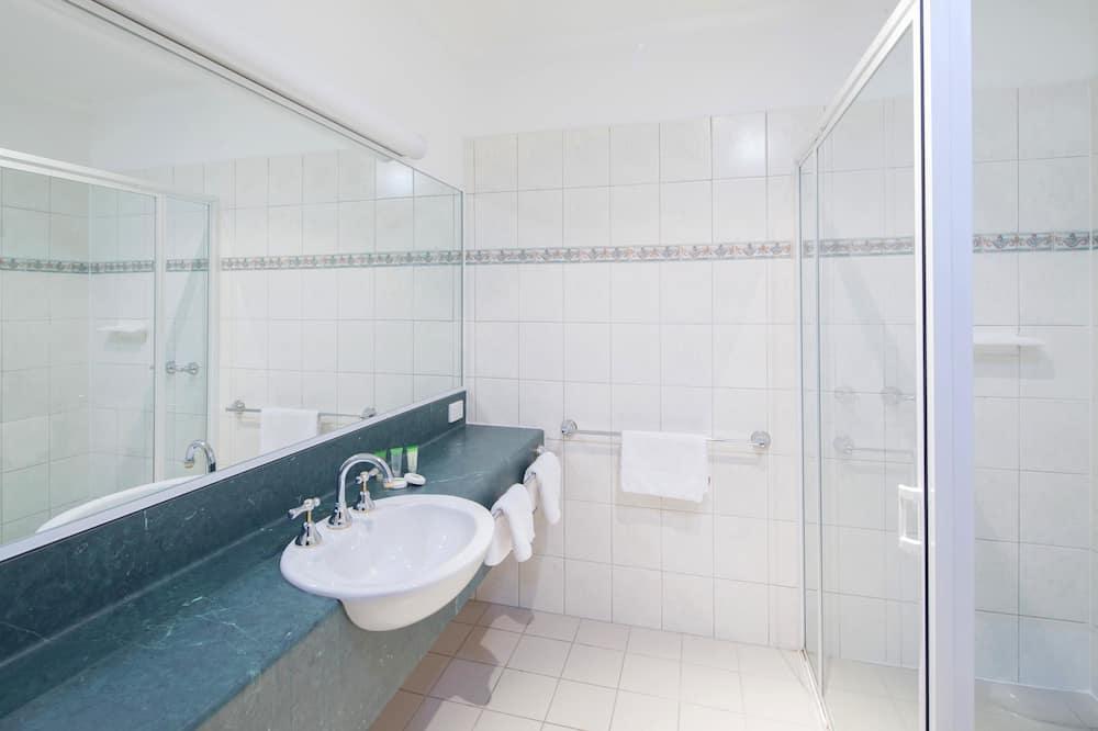 Deluxe-Zimmer, 1Queen-Bett und Schlafsofa, Nichtraucher, Kühlschrank und Mikrowelle (with Sofabed) - Badezimmer