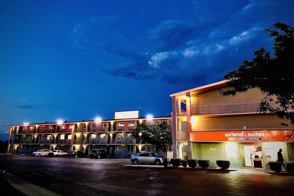 Viešbučio fasadas vakare / naktį