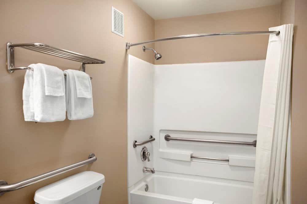 Szoba, mozgássérültek számára is hozzáférhető, hűtőszekrény - Fürdőszoba