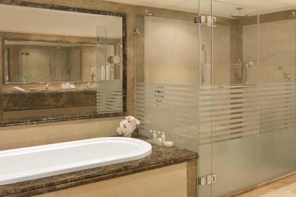 Executive Room, 1 King Bed, Non Smoking, Tower - Bathroom