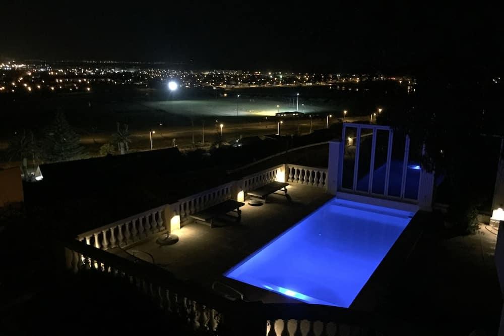 غرفة - حمام سباحة على السطح