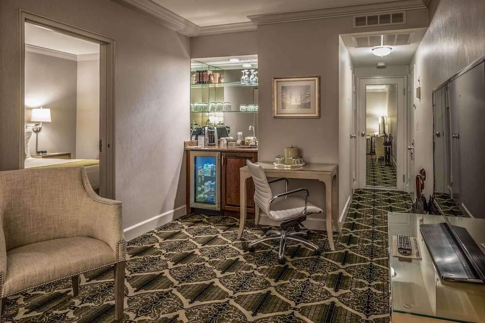 Suite, 1 Queen Bed with Sofa bed, Corner - Living Area