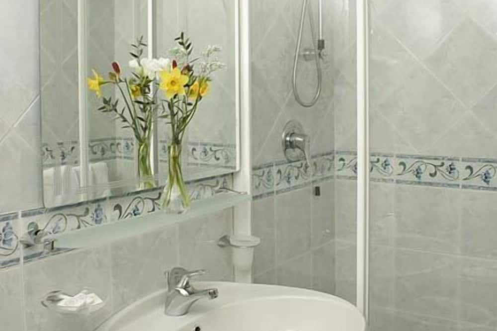 Classic Double or Twin Room, Park View - Bathroom