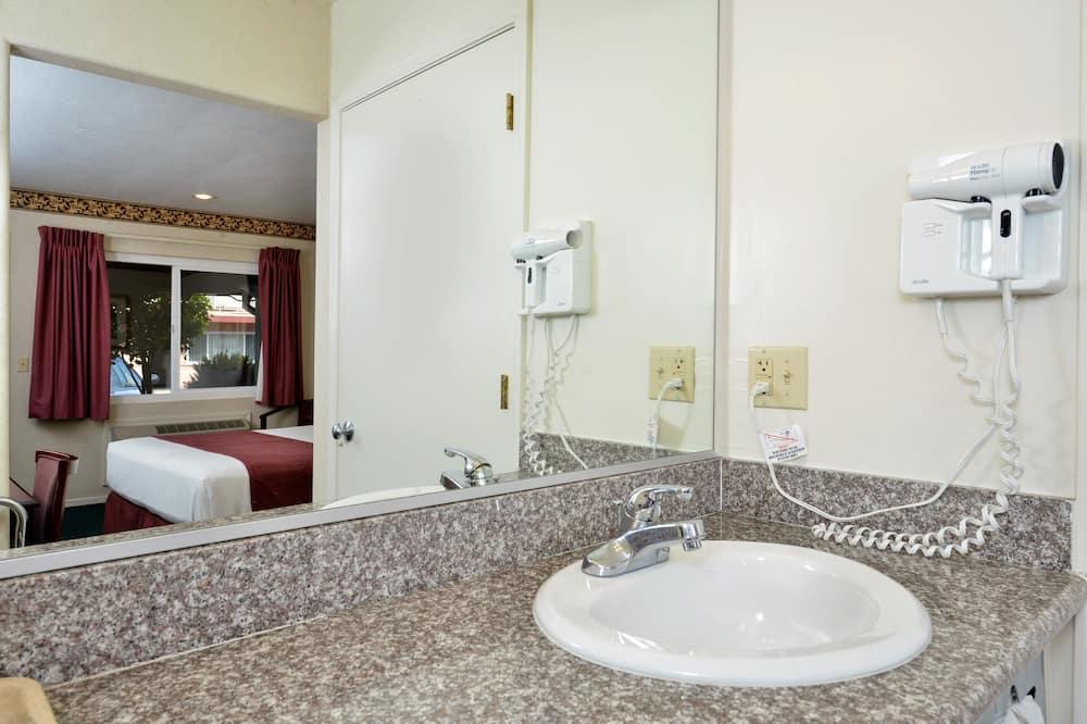 2 Queen Beds Non-Smoking - Bathroom