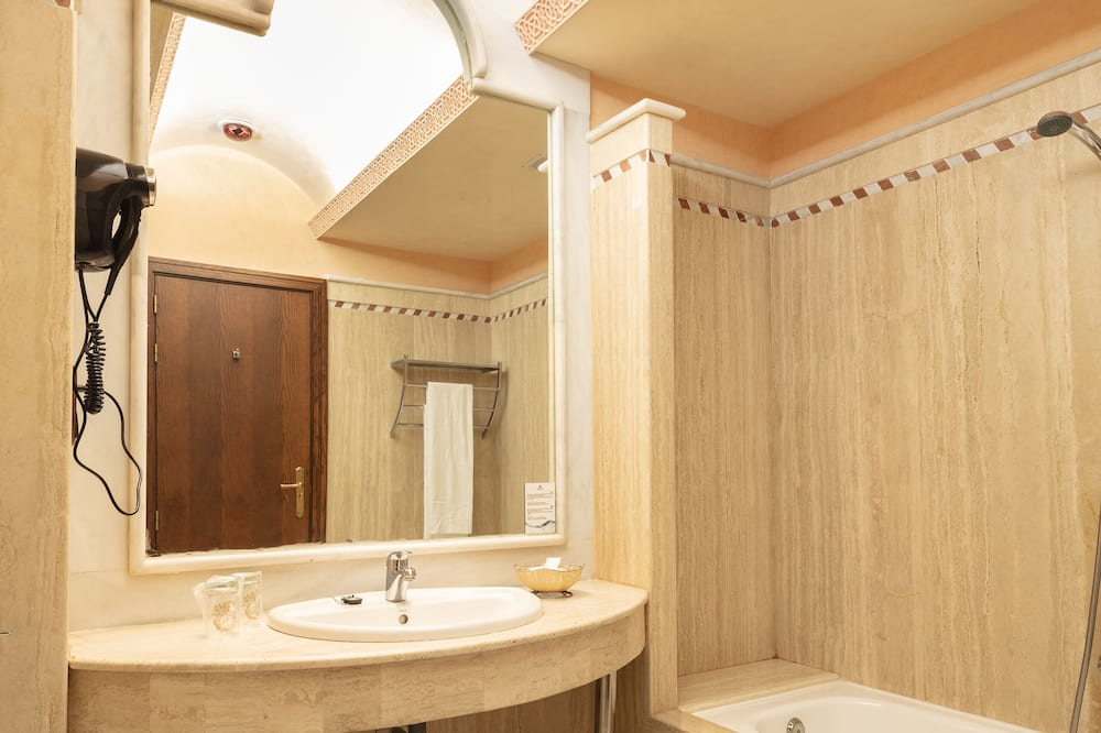 Twin Room (Extra bed, 2 adults + 1 child) - Bathroom