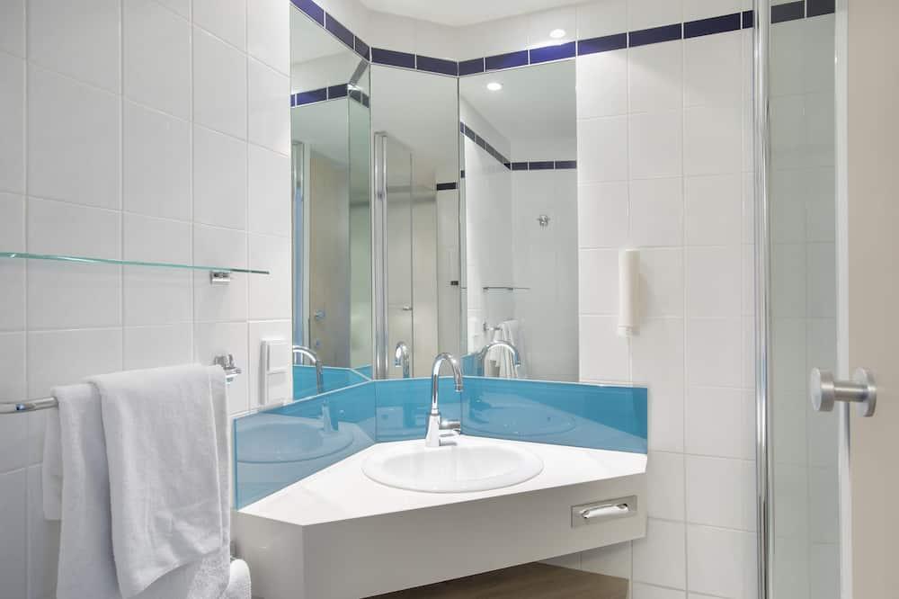 Szoba, 1 queen (nagyméretű) franciaágy, mozgássérültek számára is hozzáférhető (Wheelchair) - Fürdőszoba