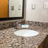 豪華客房, 2 張加大雙人床, 無障礙, 冰箱和微波爐 (Tub, Upper Floor) - 浴室