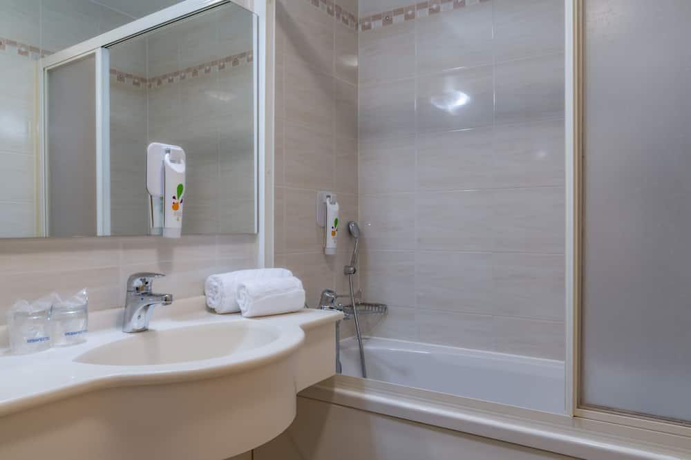 Familien-Doppelzimmer, Mehrere Betten - Badezimmer