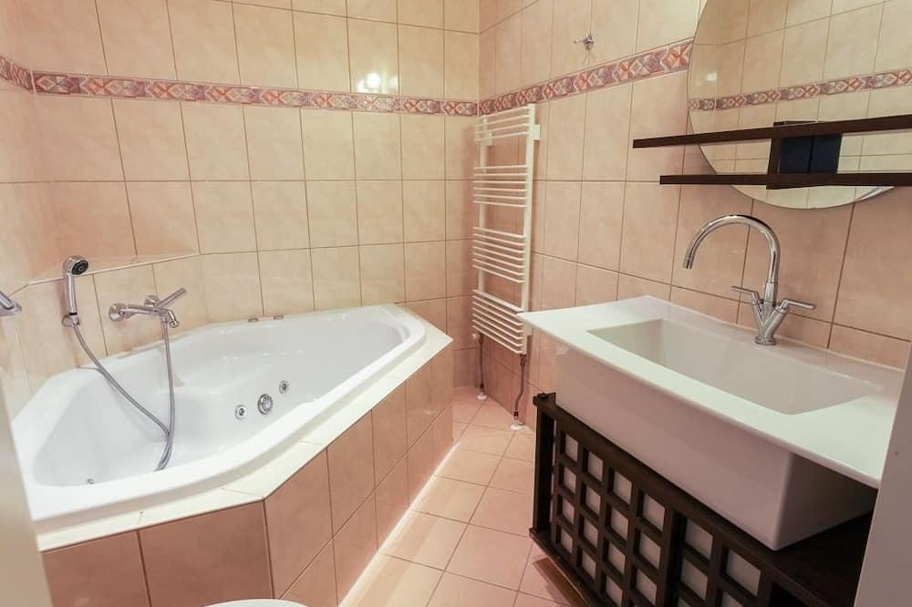 Superior Room, 2 Twin Beds, Bathtub - Bathroom