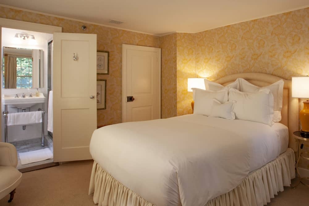Room 2, Queen Bed - Living Area