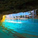 מפל בבריכה