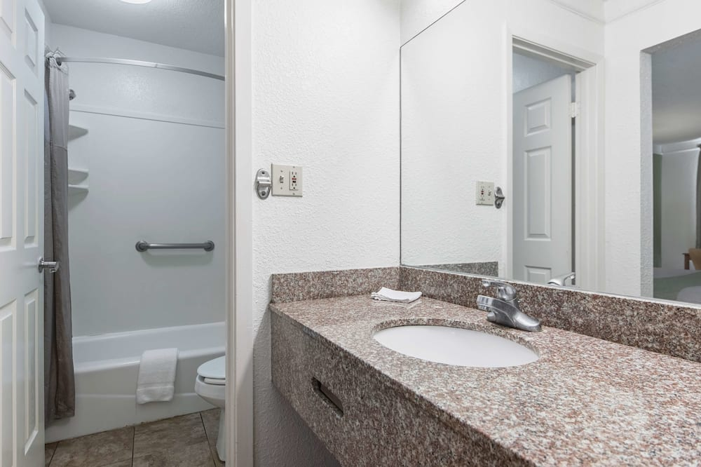 Улучшенный люкс, 1 двуспальная кровать «Кинг-сайз», для некурящих, мини-кухня - Ванная комната