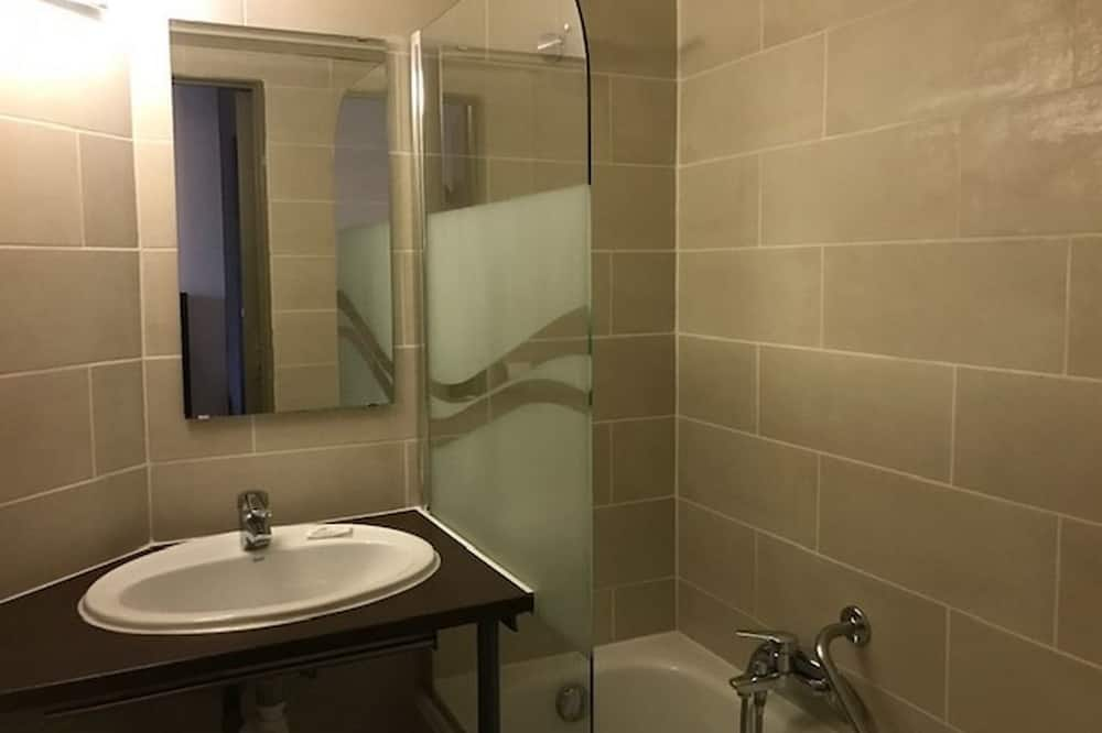 Улучшенный номер, 1 двуспальная кровать - Ванная комната