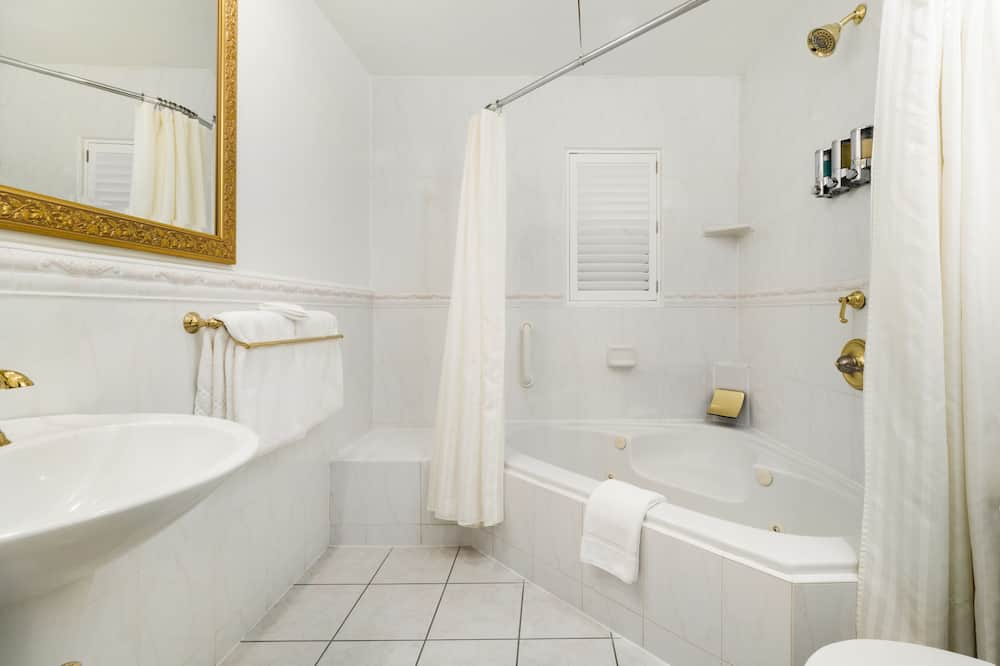 Deluxe King Spa + Fireplace - Bathroom