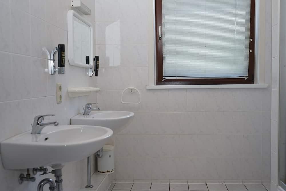 Chambre Économique avec lits jumeaux, salle de bains commune, dans les dépendances - Salle de bain