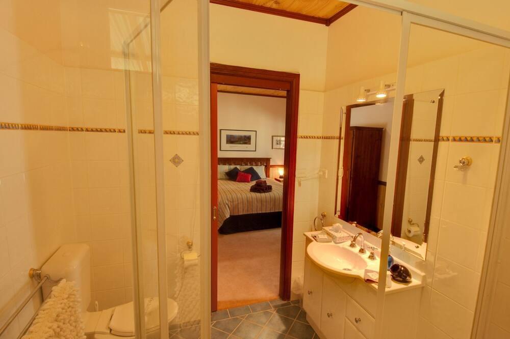 Kambarys šeimai, vaizdas į sodą (Queen, Bunk & Single) - Vonios kambario patogumai