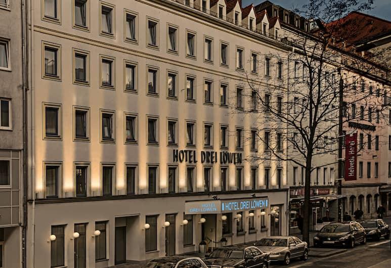 Drei Löwen Hotel, München, Fassaad õhtul/öösel