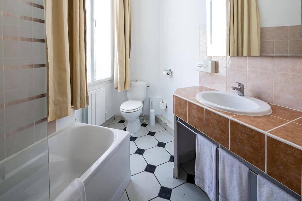 Chambre Familiale, plusieurs lits, non-fumeurs, vue ville - Salle de bain