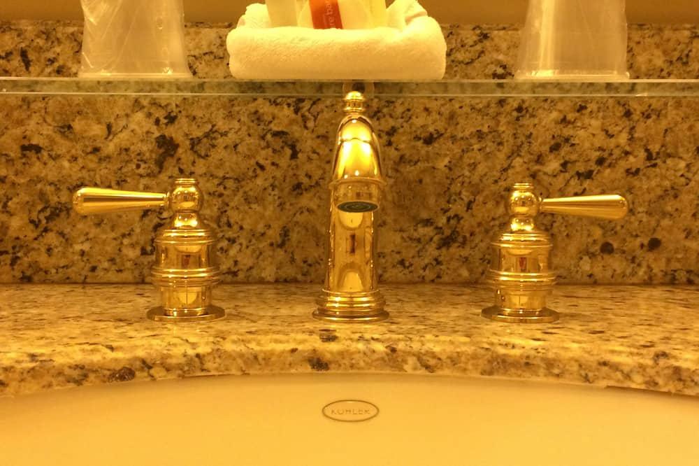 プレミア ルーム キングベッド 1 台 パティオ コートヤード - バスルーム