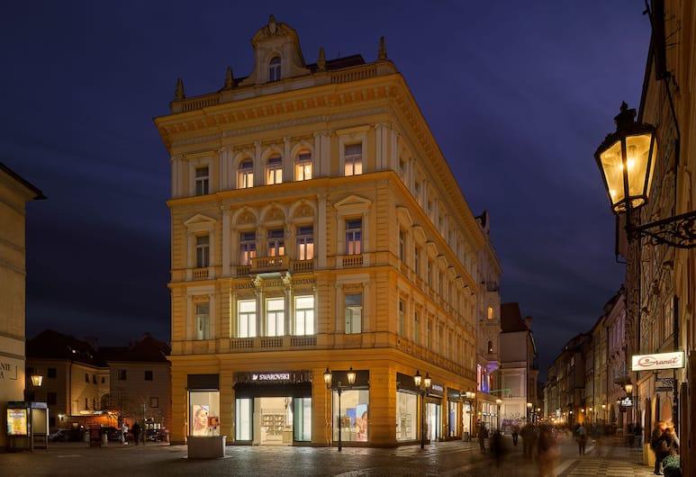 Ventana Hotel Prague, Prag, Hotelfassade am Abend/bei Nacht