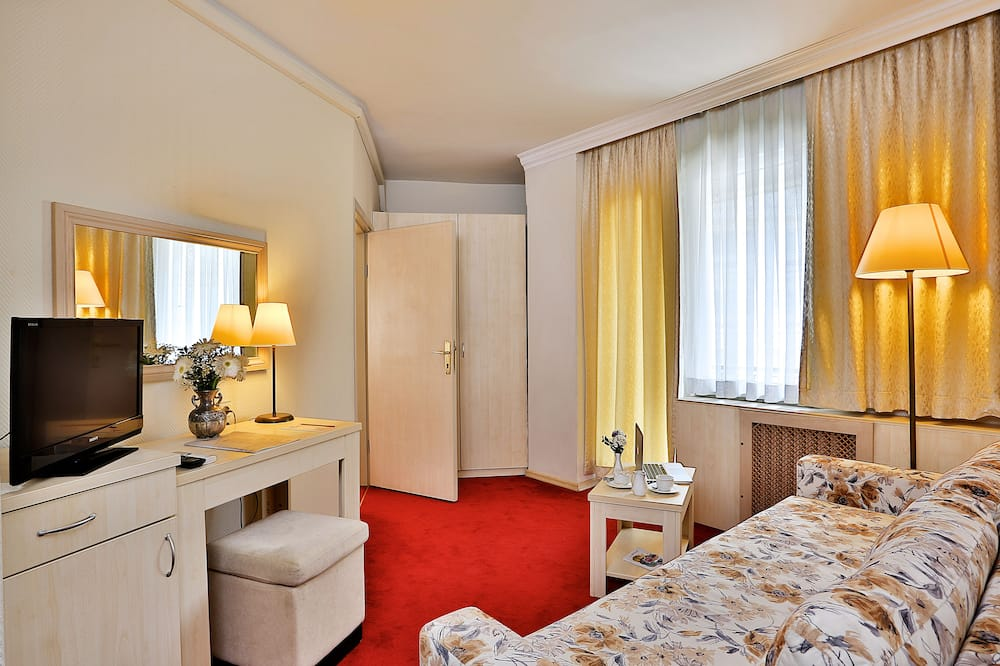 Triple Room, 3 Twin Beds - Living Area