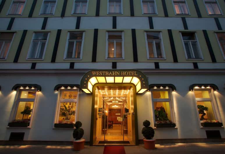 Hotel Westbahn, Viedeň, Pohľad na hotel – večer/v noci