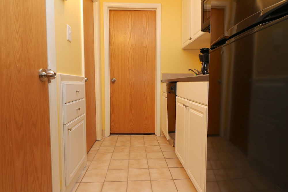 the atrium resort virginia beach suite 1 bedroom in room kitchenette - Cheap Hotels In Virginia Beach With Kitchenette