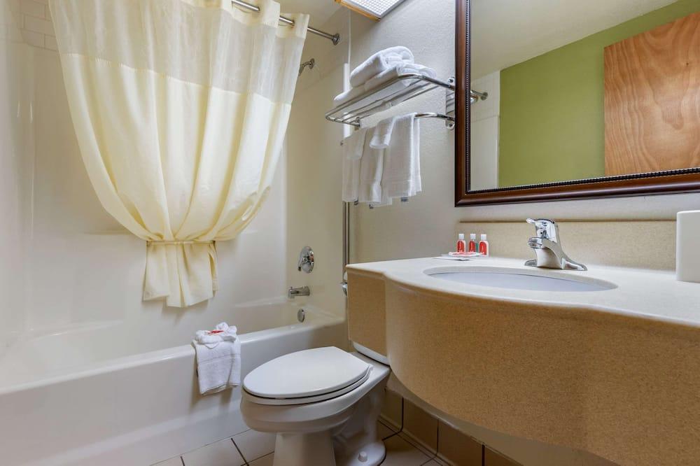 Štandardná izba, 2 dvojlôžka (No Pets, Upper Floor, No Elevator) - Kúpeľňa