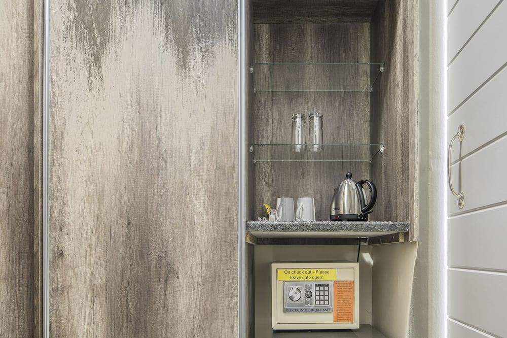 Standard Double Room - Peti Sejuk Mini