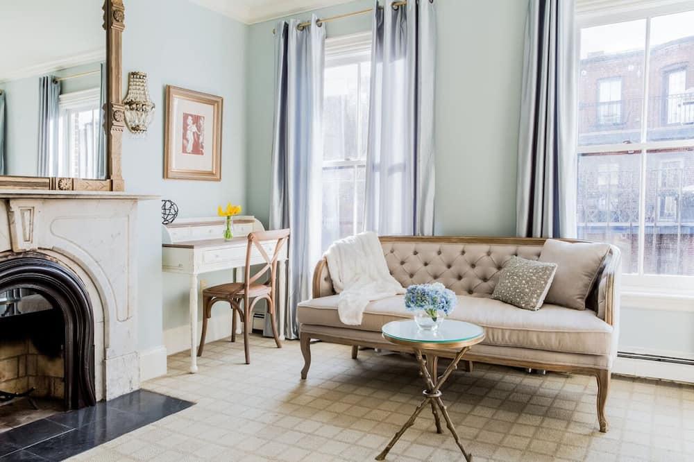 Room, Private Bathroom (Deluxe Queen) - Living Area