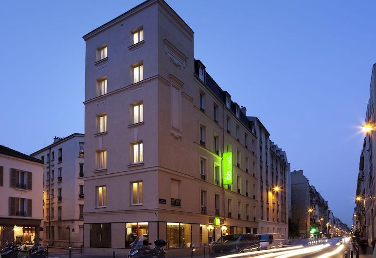 ibis Styles Paris Alésia Montparnasse, Paris, Hotelfassade am Abend/bei Nacht
